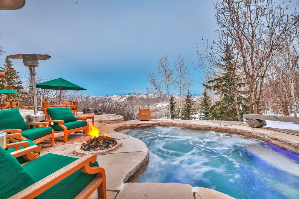 A closer look at the custom swimming pool along with a set of sitting lounges with a fire pit on the side. Images courtesy of Toptenrealestatedeals.com.