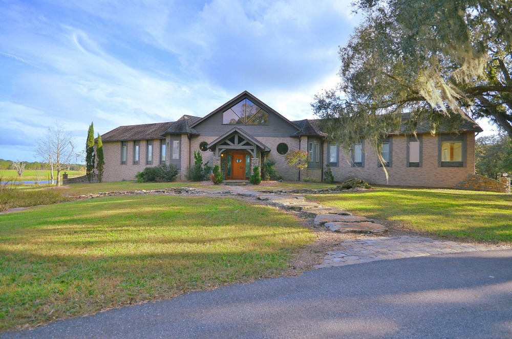 Here's the walkway leading to the house's entry surrounded by the lawns. Images courtesy of Toptenrealestatedeals.com.