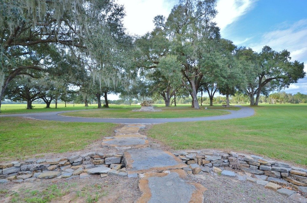 Closer look at the walkway and driveway inside the property. Images courtesy of Toptenrealestatedeals.com.