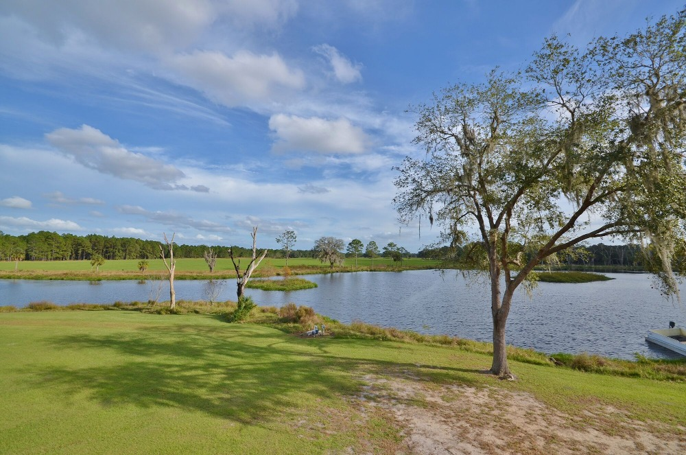 A look at the lake isnside the property surrounded by the lovely green lawns. Images courtesy of Toptenrealestatedeals.com.