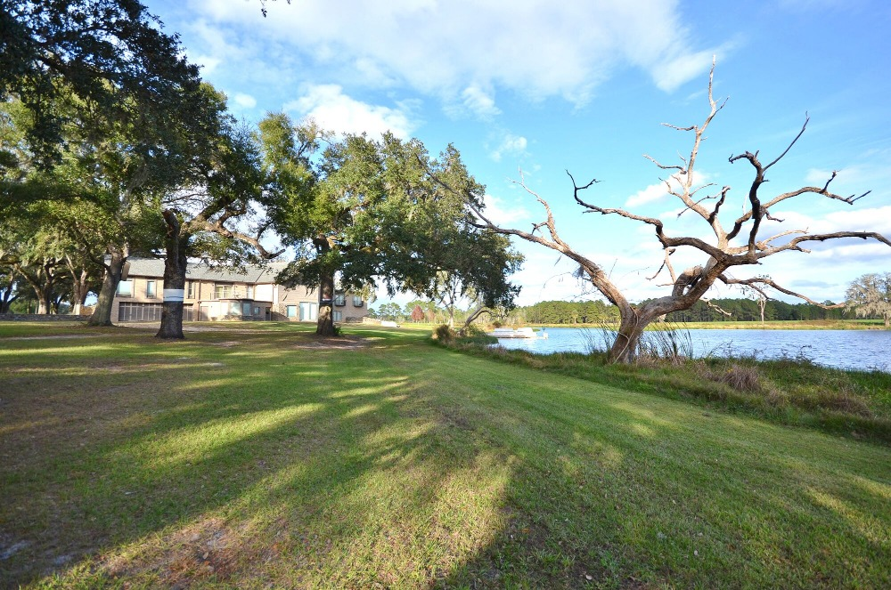 There's a lake just on the side of where the house is located. Images courtesy of Toptenrealestatedeals.com.