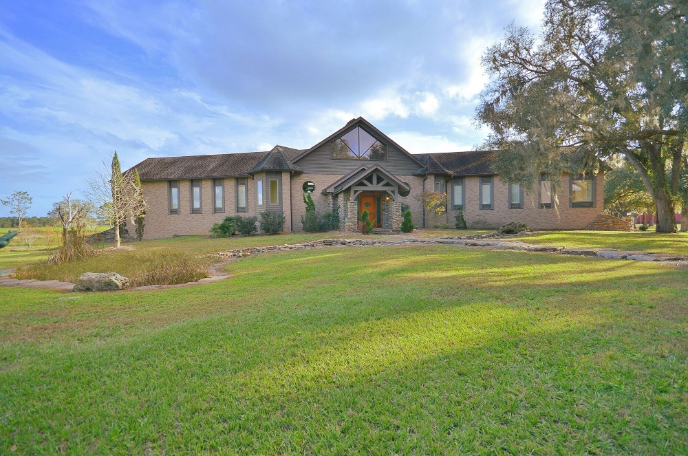 Outside view of the house showcasing its exterior and gorgeous lawn area. Images courtesy of Toptenrealestatedeals.com.