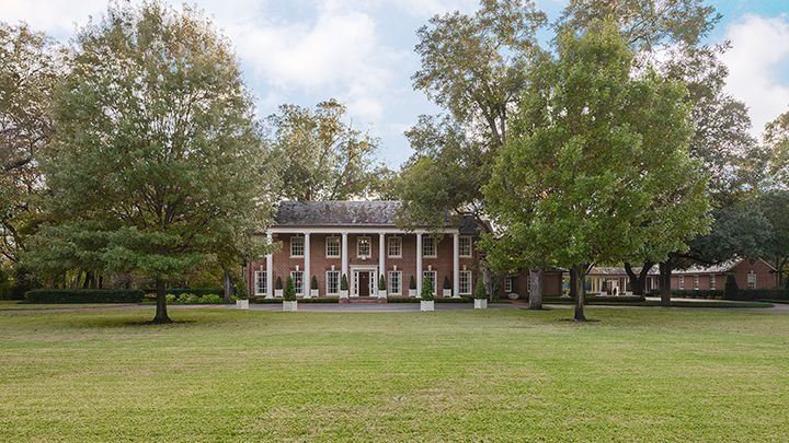A look at how wide the mansion's lawn area is. Images courtesy of Toptenrealestatedeals.com.