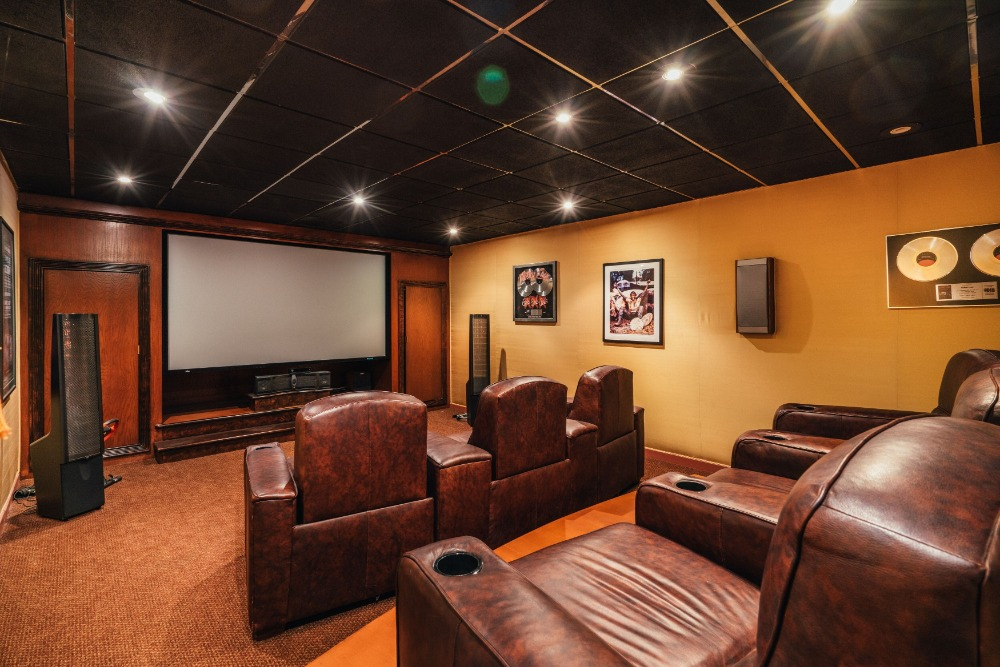 Home theater boasting a set of brown leather sectional seats and a theater-style TV. Images courtesy of Toptenrealestatedeals.com.