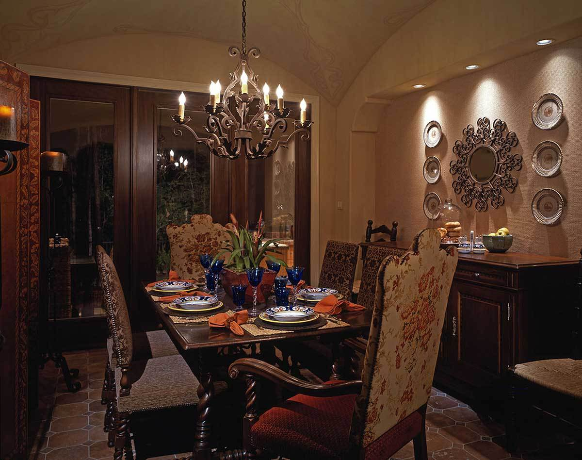 Example of plaster walls in Tuscan style interior