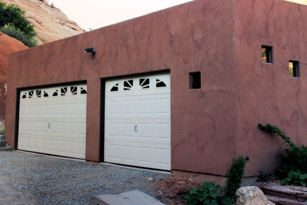 Closer look at the home's two-car garage. Images courtesy of Toptenrealestatedeals.com.