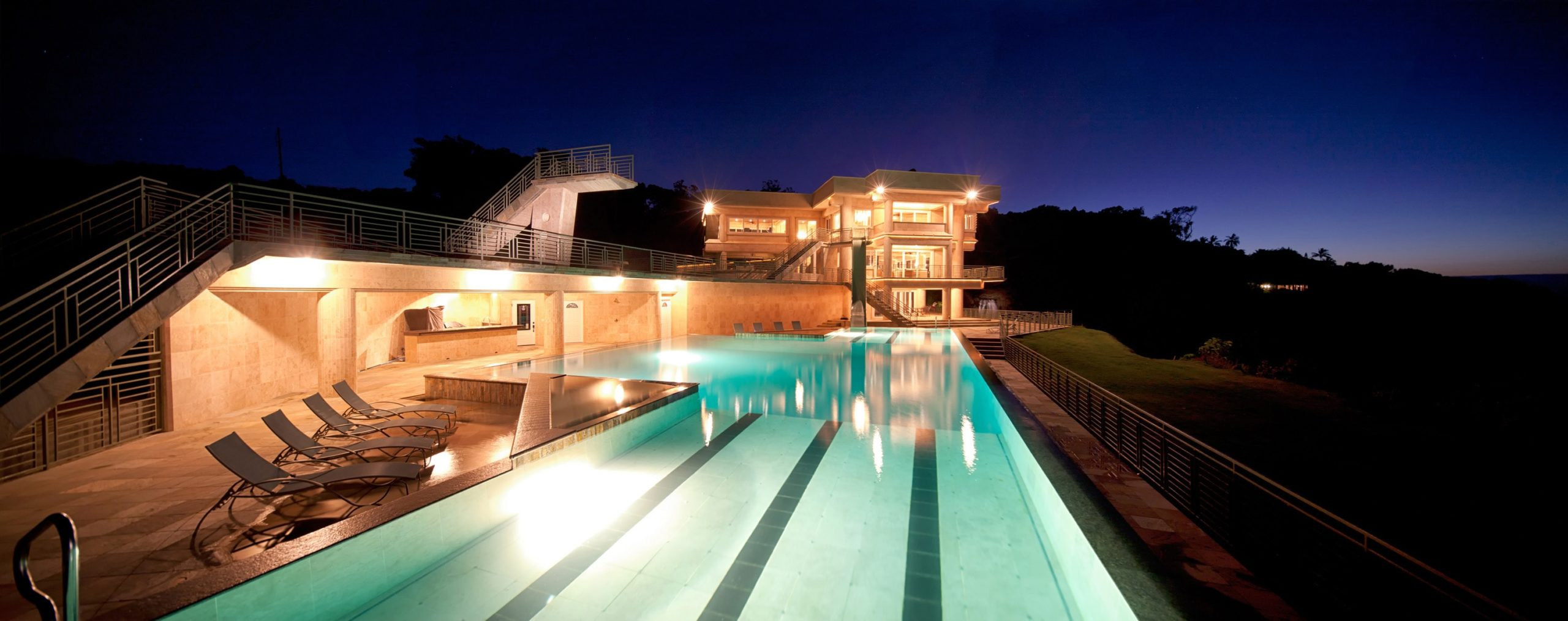 Night view of the infinity pool. Image courtesy of Toptenrealestatedeals.com.