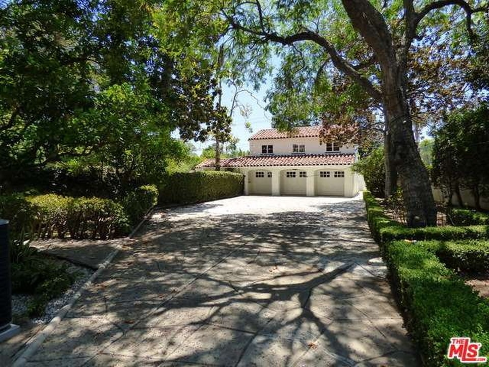Driveway leading to the mansion. Image courtesy of Toptenrealestatedeals.com.
