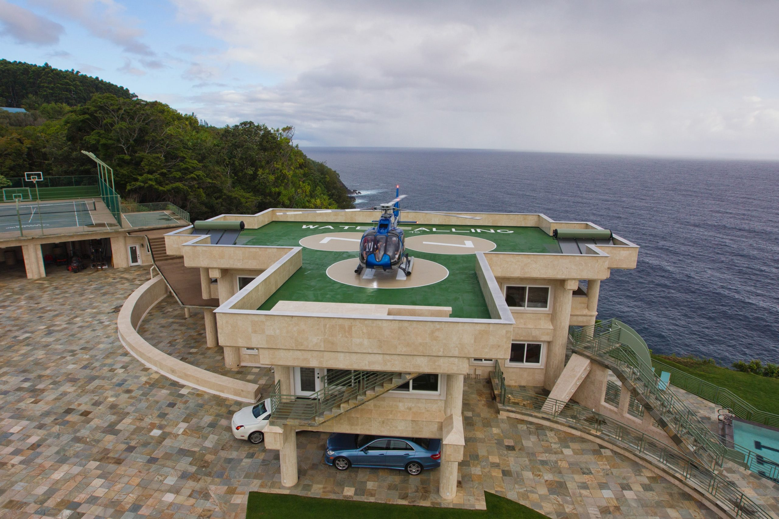 A closer view of the helipad and sloped driveway. Image courtesy of Toptenrealestatedeals.com.