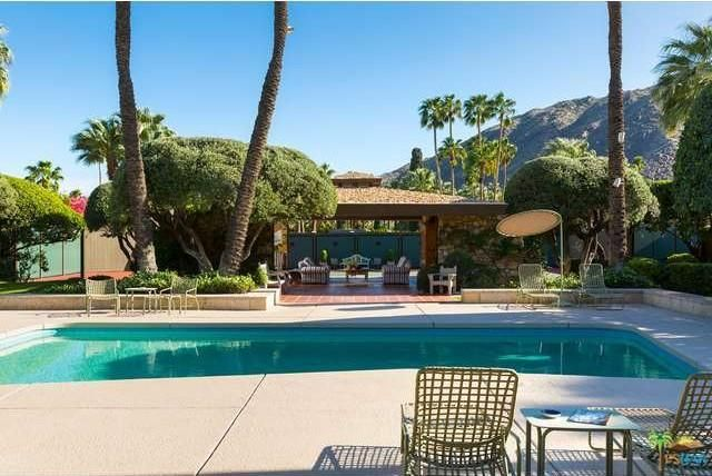 The view of the pool and the covered patio. Image courtesy of Toptenrealestatedeals.com.