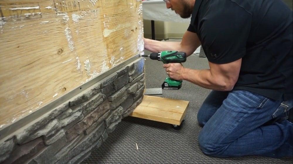 Panellerin ön yüzüne koyduğunuz vidalar, onları kamufle etmeye yardımcı olmak için taşın gölgelerine yerleştirilmelidir.