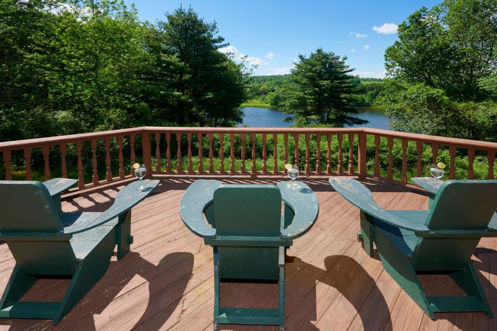A look at the balcony's three pieces of seats overlooking the gorgeous natural landscape. Image courtesy of Toptenrealestatedeals.com.