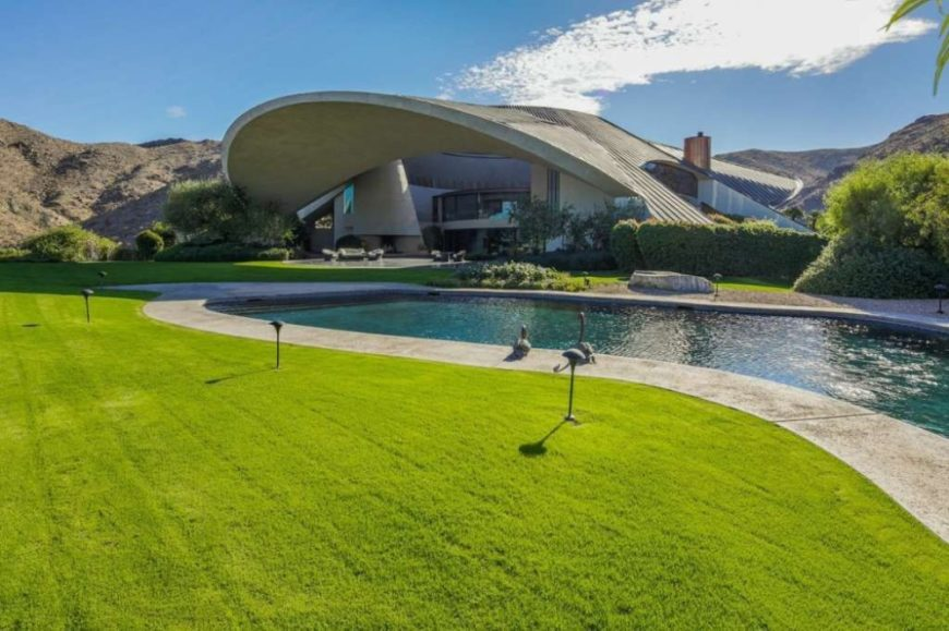 Here's the home's outdoor swimming pool surrounded by the well-maintained lawn. Image courtesy of Toptenrealestatedeals.com.