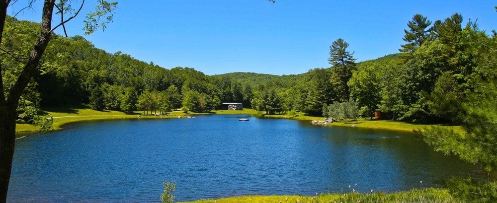 This is the lake that is part of the landscaping of the property that is surrounded by mature trees and grass lawns. Image courtesy of Toptenrealestatedeals.com.