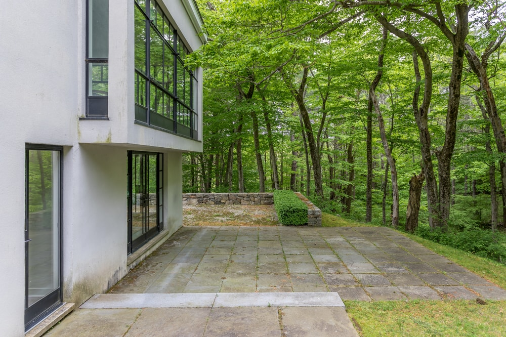 This is another look at the side of the house that has concrete walkways and steps. Image courtesy of Toptenrealestatedeals.com.