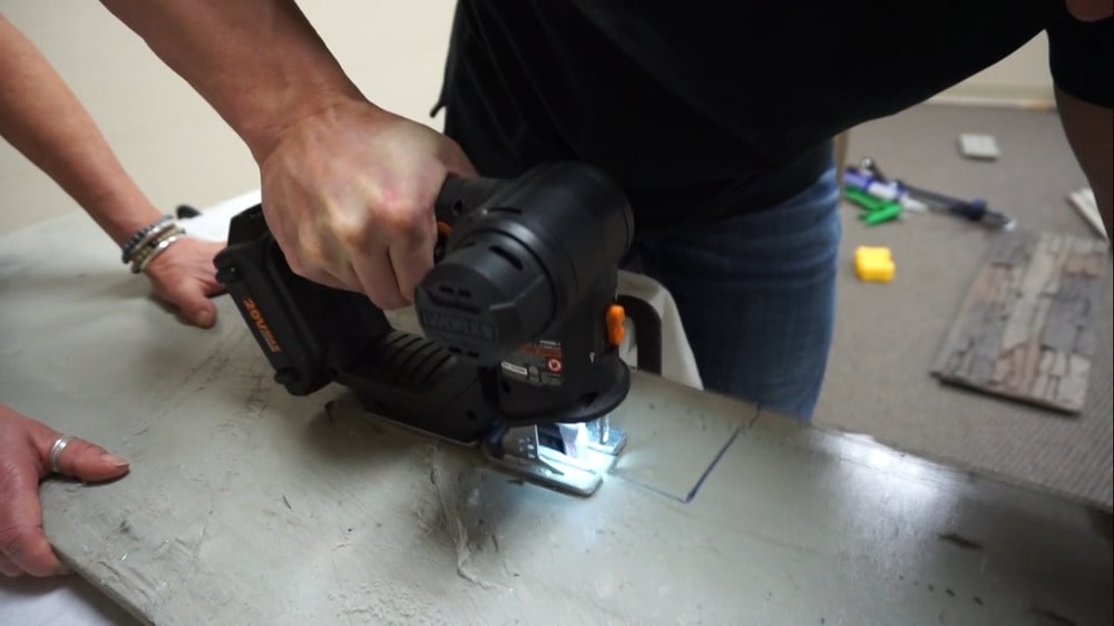 Anahtar deliği testeresi kullanarak panel parçalarını kesmek.