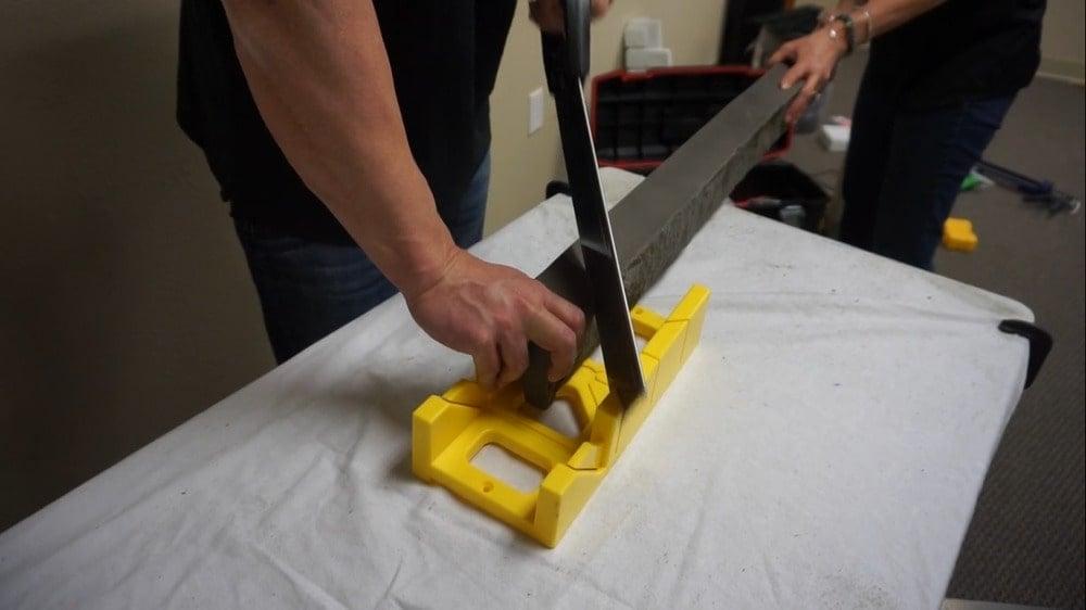 Yapboz kullanarak panelin parçalarını kesmek.