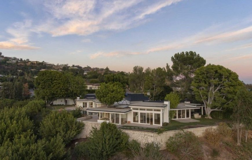 Aerial view of the house boasting its magnificent contemporary exterior. Image courtesy of Toptenrealestatedeals.com.