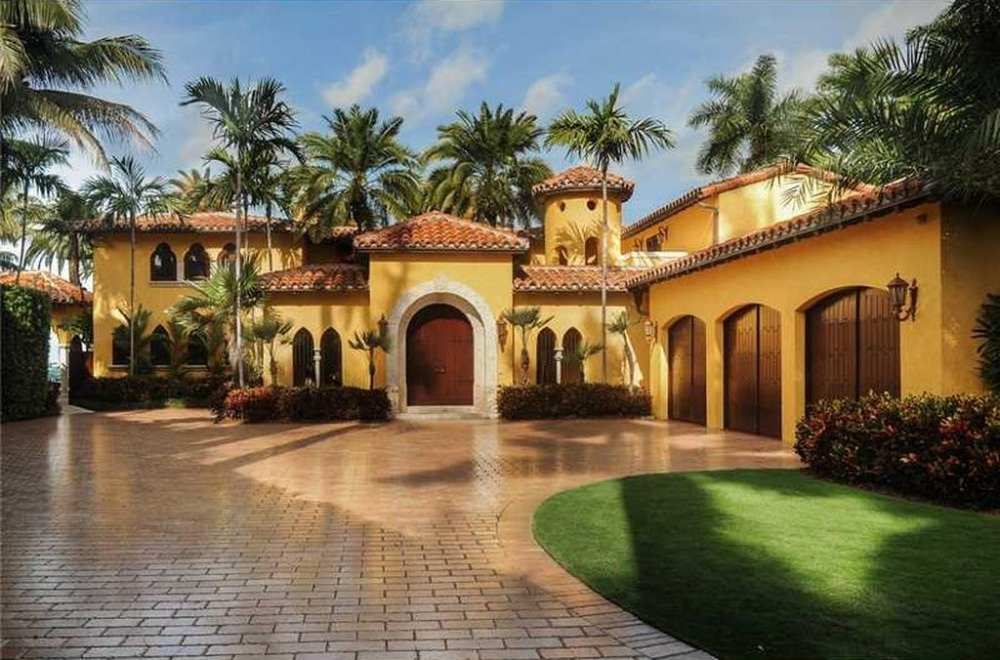 There's a three-car garage with a wide driveway. Image courtesy of Toptenrealestatedeals.com.