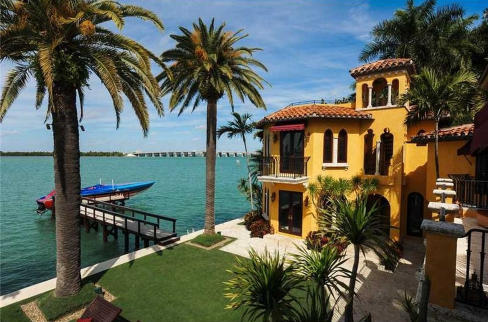 A view of the garden area and the dock from the balcony area. Image courtesy of Toptenrealestatedeals.com.