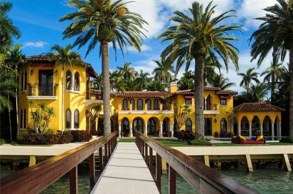 Here's the bridge connecting the dock to the property. Image courtesy of Toptenrealestatedeals.com.