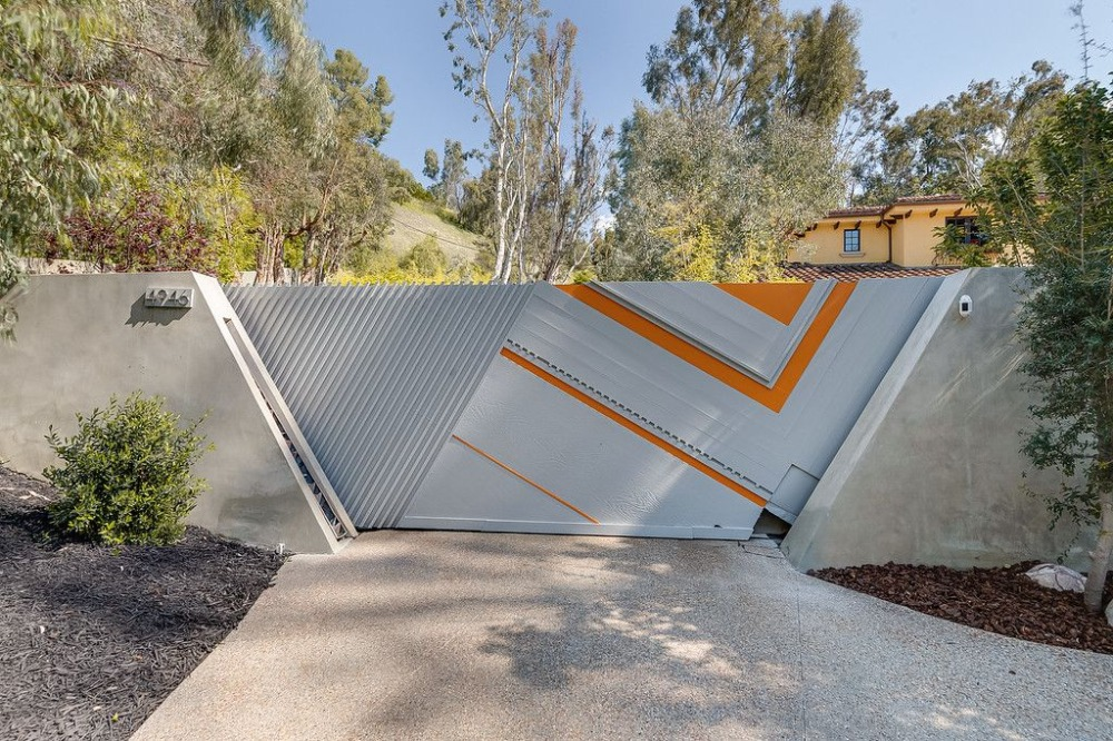Here's the stunning and modern gated entry of the house. Images courtesy of Toptenrealestatedeals.com.