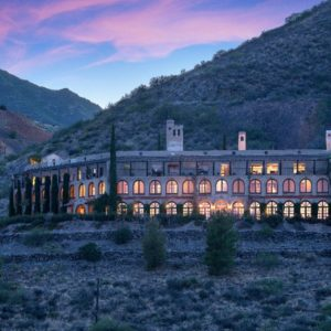 A look at the mansion during the sunset and when the interior lights are on. The house looks absolutely magnificent. Images courtesy of Toptenrealestatedeals.com.