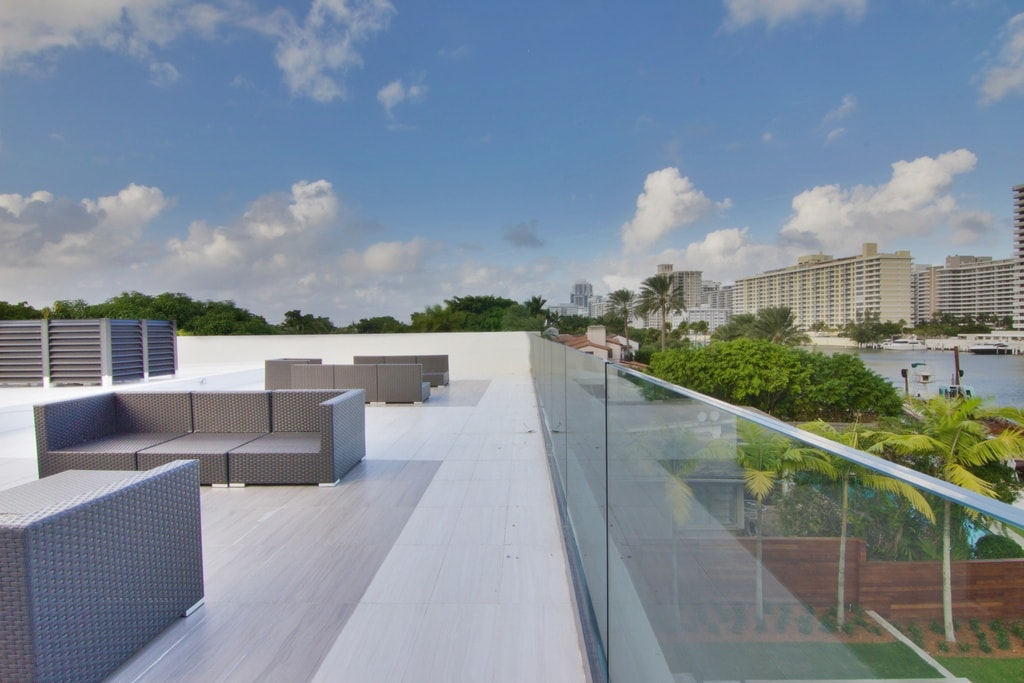 This view of the rooftop shows its glass railings lining the sides to provide safety and at the same time maximize the view. Image courtesy of Toptenrealestatedeals.com.