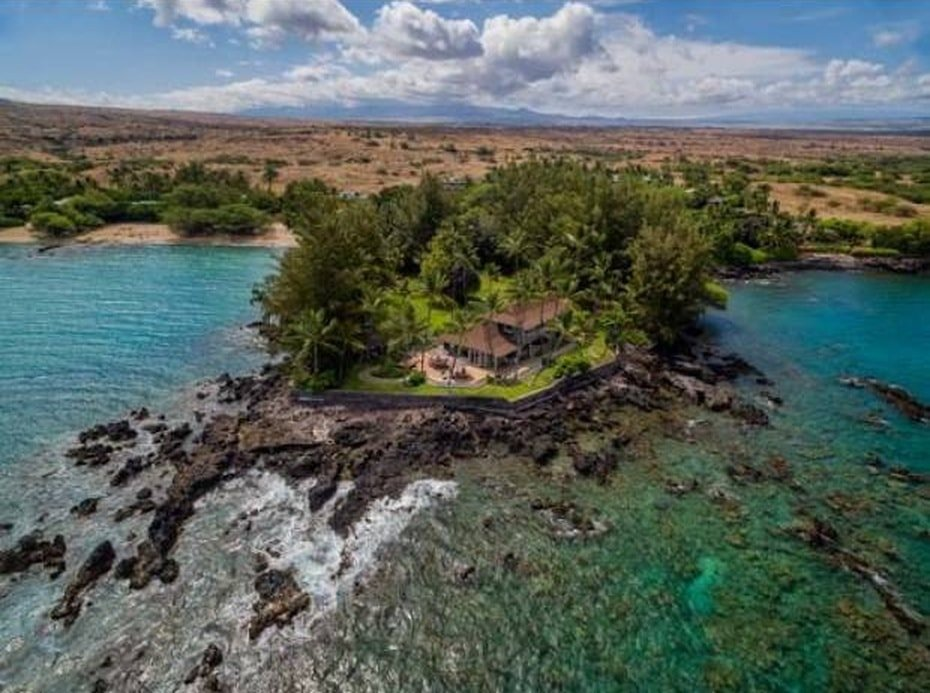 This is an aerial view of the house showcasing its oceanfront that has stunning rock formations jutting out of the waves. Image courtesy of Toptenrealestatedeals.com.