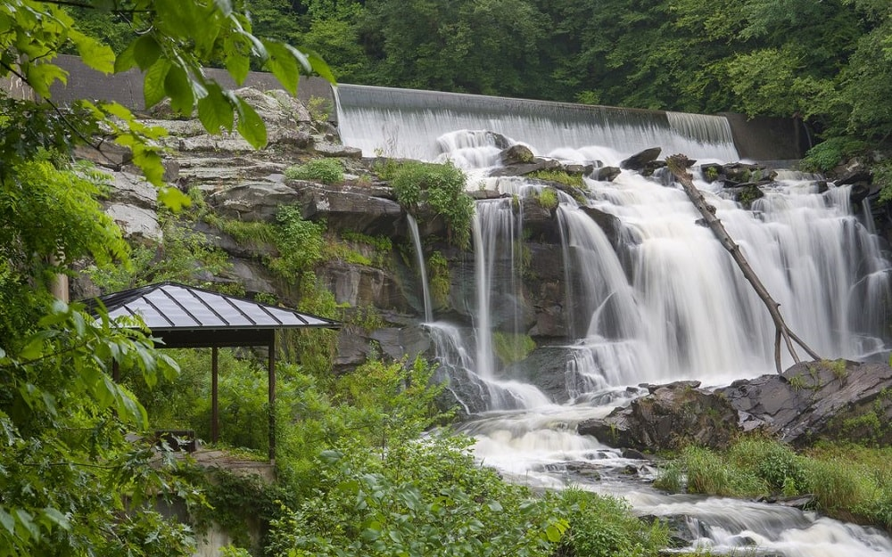 There also another covered outdoor area built on the lower side of the waterfall with a perfect view of the cascading water surrounded by shrubs and trees. Image courtesy of Toptenrealestatedeals.com.
