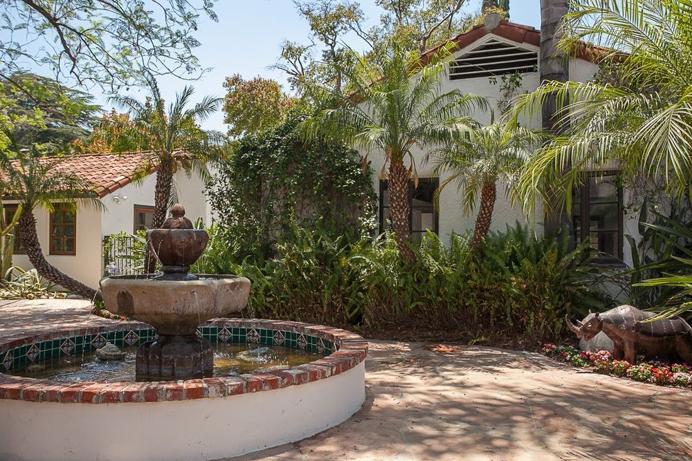 Here's a look at the home's fountain landscaping design. Image courtesy of Toptenrealestatedeals.com.