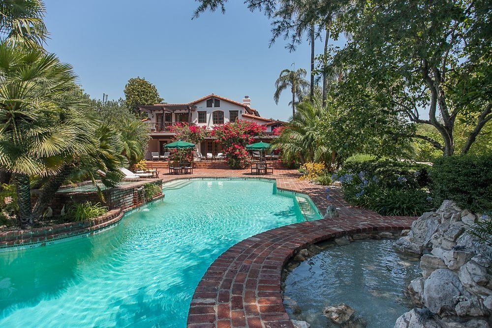 Opposite view of the home's custom swimming pool. Image courtesy of Toptenrealestatedeals.com.