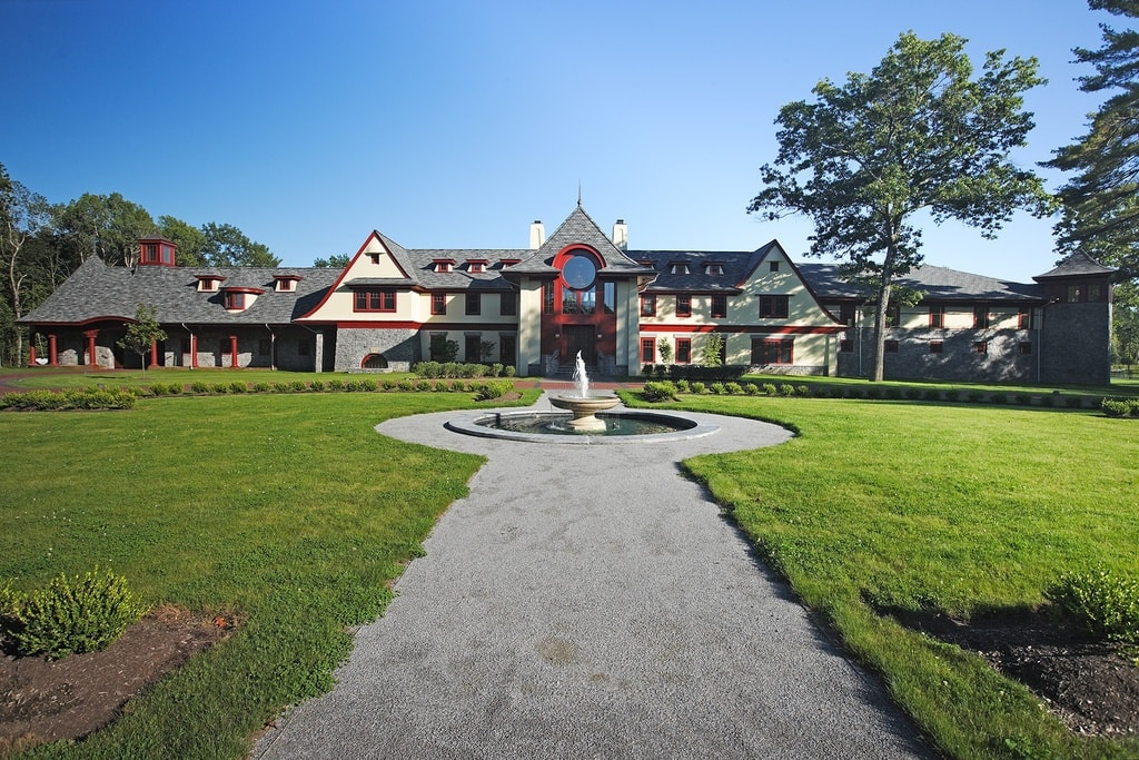 This view gives us a look at the entirety of the large mansion. This has a large grass lawn in front with a large fountain in the middle. Image courtesy of Toptenrealestatedeals.com.