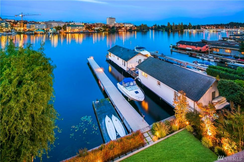 This is an aerial view of the house. Here you can see that it is mostly built on the lake itself giving it a private area from the street. Image courtesy of Toptenrealestatedeals.com.