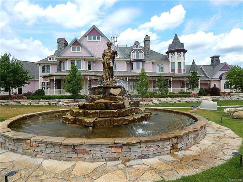 Here's a look at the stunning statue and fountain in the mansion's lawn area. Images courtesy of Toptenrealestatedeals.com.