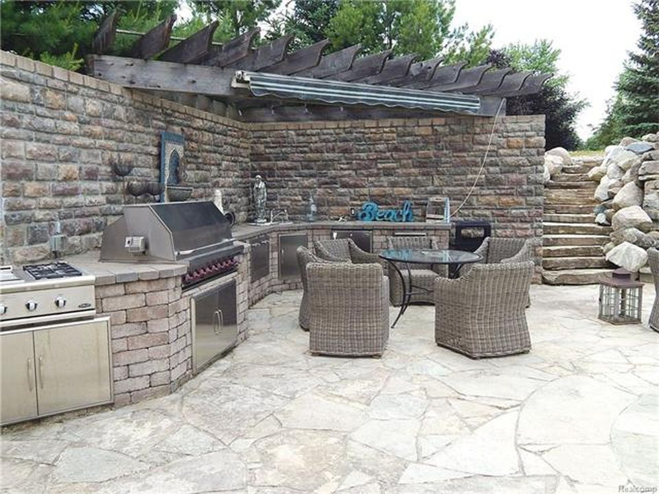 Here's the outdoor kitchen and dining with stylish architectural style. Images courtesy of Toptenrealestatedeals.com.