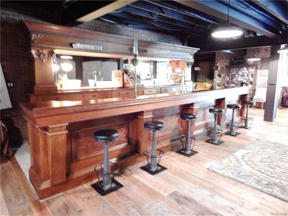 Another large bar. This brown bar looks more elegant than the other. Images courtesy of Toptenrealestatedeals.com.