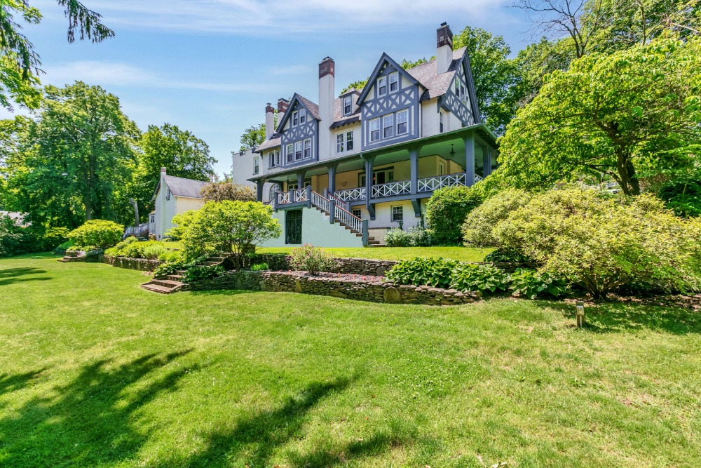 Outside, the home boasts a lush lawn and garden area. Image courtesy of Toptenrealestatedeals.com.