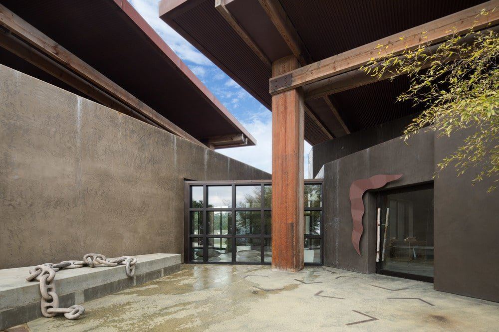 This is a look at the main entrance of the house. Here you can see that it has a spacious marble flooring fitted with a built-in stone bench on the side. Image courtesy of Toptenrealestatedeals.com.