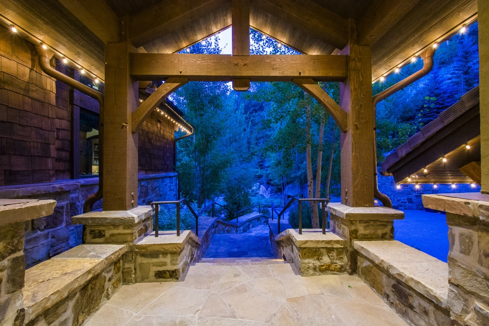This is the main entrance of the house with a wooden cathedral ceiling supported by thick wooden pillars. Image courtesy of Toptenrealestatedeals.com.
