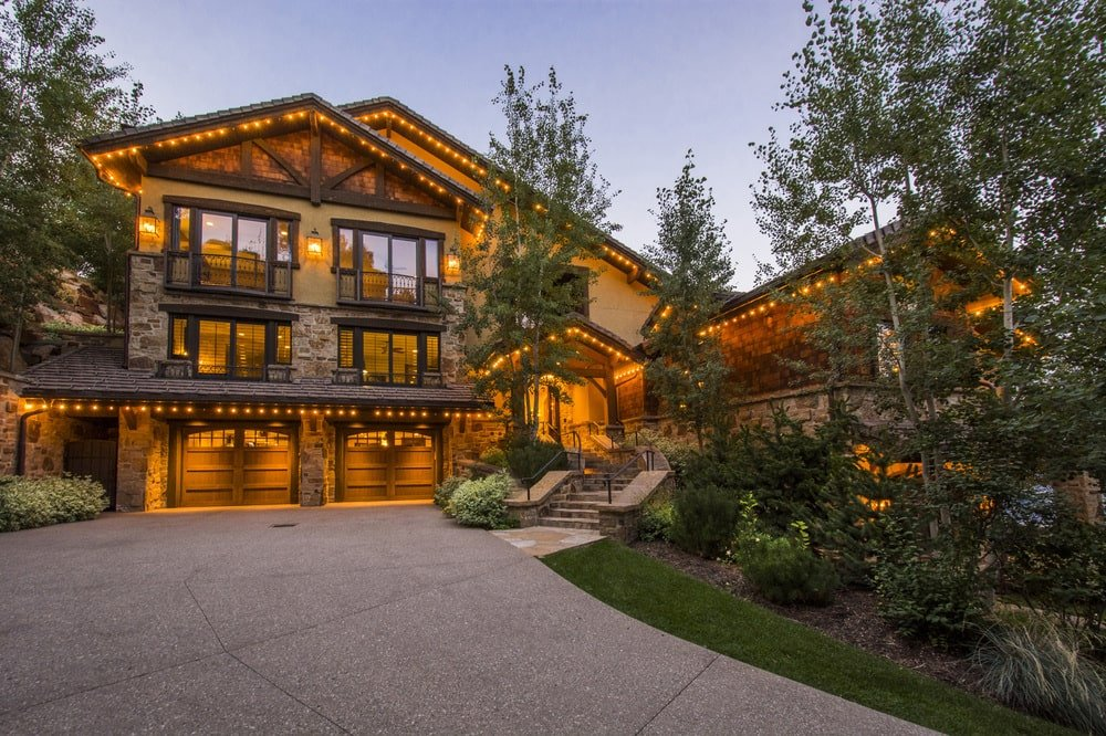 This is a front view of the house from the vantage of the driveway. This lets you appreciate the warm glow of the glass walls of the house. Image courtesy of Toptenrealestatedeals.com.
