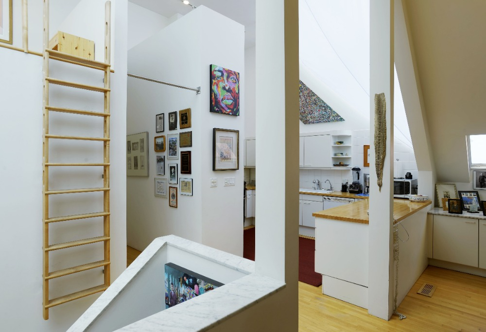 Here's the hall leading to the dining and the kitchen area. Image courtesy of Toptenrealestatedeals.com.
