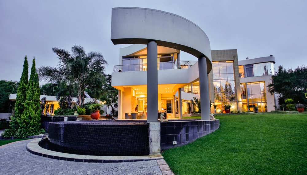 The swimming pool is adorned with a large concrete curved structure that is almost like an artwork. Image courtesy of Toptenrealestatedeals.com.