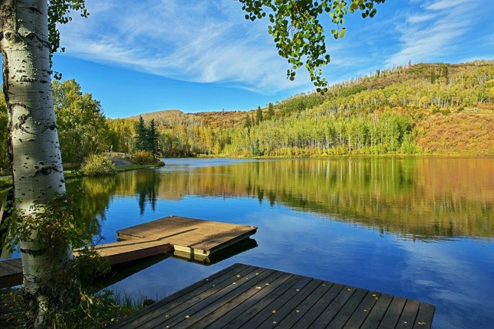 There's a small boat dock in the property as well. Image courtesy of Toptenrealestatedeals.com.