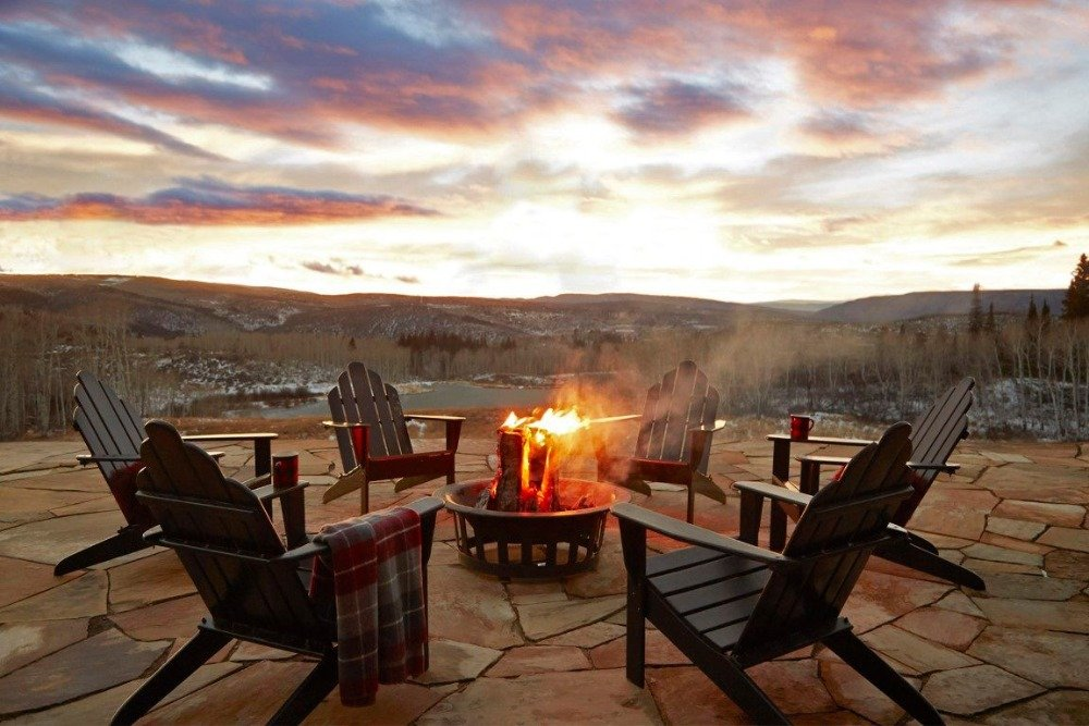 A fire pit with surrounding seats. This place offers a magnificent view of the surroundings. Image courtesy of Toptenrealestatedeals.com.