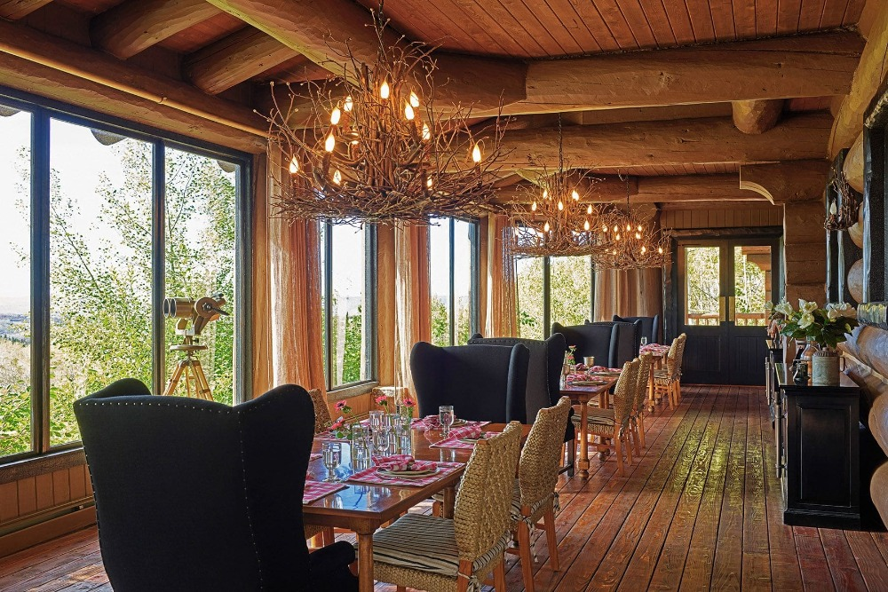 Another dining hall with multiple, classy-looking table sets lighted by stunning chandeliers. Image courtesy of Toptenrealestatedeals.com.