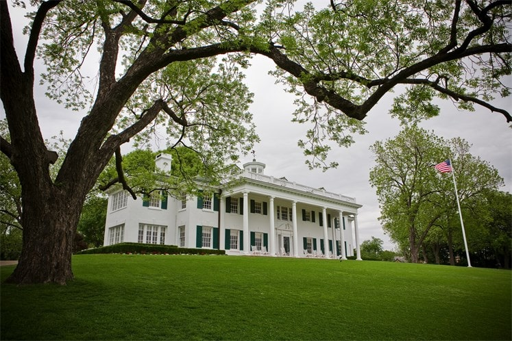 This is a look at the house from the vantage of the grass lawn. You can better appreciate the tall columns that support the tall ceiling of the main entrance. Image courtesy of Toptenrealestatedeals.com.