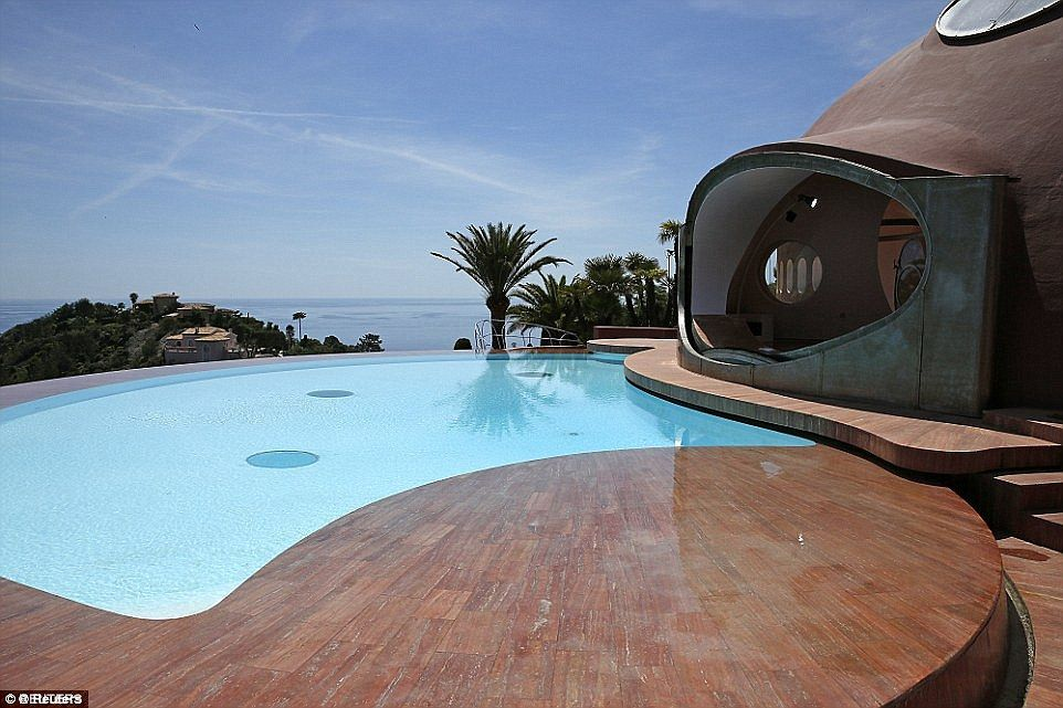 Here's the view of the swimming pool facing the Mediterranean sea. Image courtesy of Toptenrealestatedeals.com.