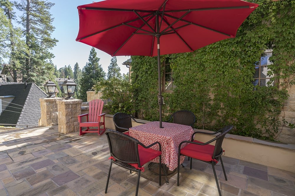 This is a closer look at the outdoor dining set with cushions and table cloth that match the large umbrella above. Image courtesy of Toptenrealestatedeals.com.
