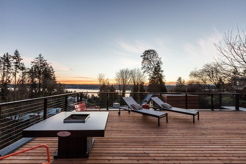 This other angle of the rooftop shows the couple of lounge chairs by the edge to better enjoy the view of the lake. Image courtesy of Toptenrealestatedeals.com.